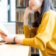 ブックカフェを利用する女性