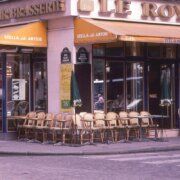 街角のカフェ